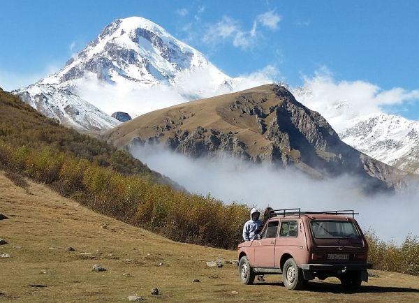 Góra Kazbeg (5047 m n.p.m.). Zdjęcie zrobiono w październiku z okolic cerkwii Cminda (Tsminda) Sameba