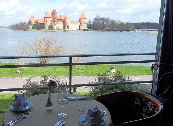 Restauracja w Trokach z widokiem na zamek