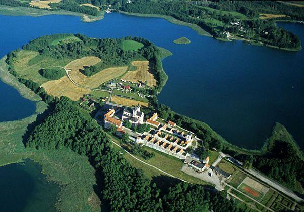 Zabytkowy klasztor na Wigrach jest jedną z wizytówek Suwalszczyzny.