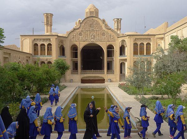 Wycieczka szkolna w mieście Kosh