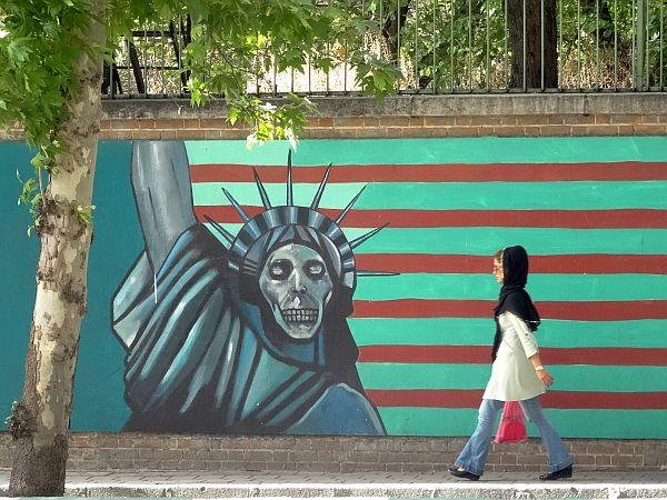 Płot dawnej ambasady USA w Teheranie