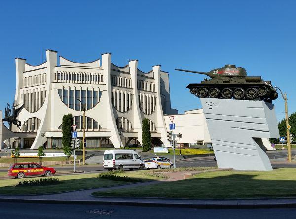Charakterystyczny punkt w centrum Grodna. Widoczny budynek to Teatr Dramatyczny