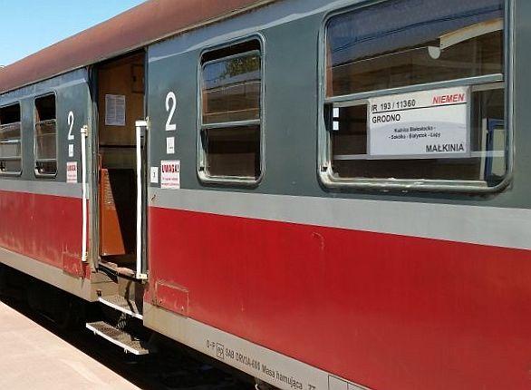 Pociąg relacji Grodno - Małkinia na peronie w Kuźnicy Białostockiej