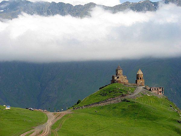 Cminda Sameba, cerkiew z XIV wieku u stóp góry Kazbek