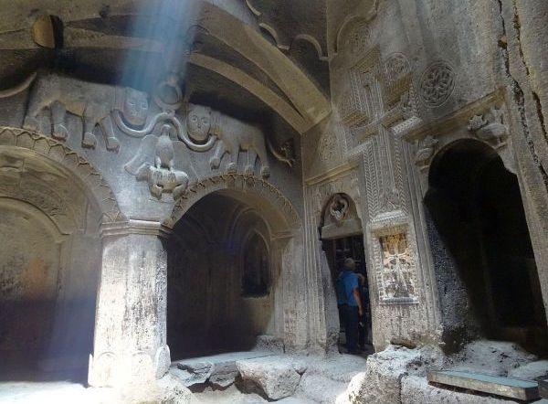 Wykute w skale pomieszczenia klasztoru Geghard