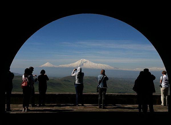 Turyści fotografujący Ararat