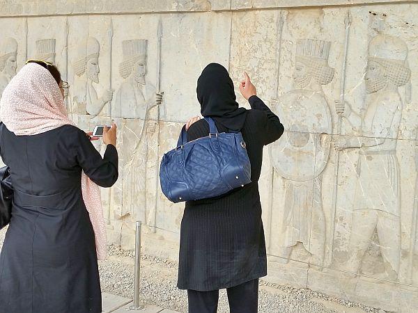 Irańskie turystyki oglądają Persepolis