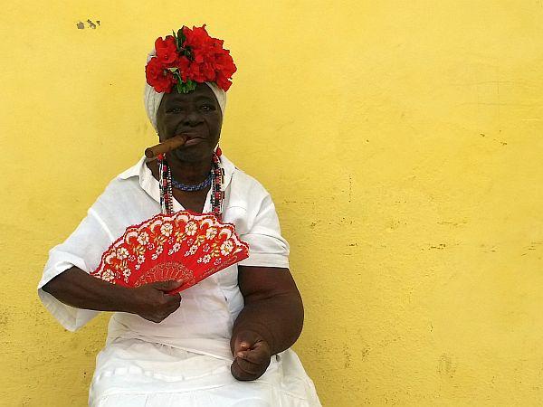 Pani z cygarem, pocztówkowe zdjęcie z Kuby. Koszt: 1 euro.