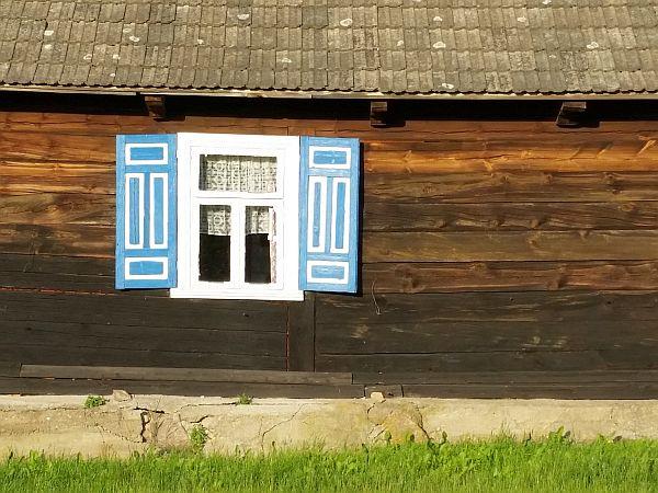 Jest wiele domów bardziej kolorowych i zdobnych, ale ten zachwycił mnie w sposób szczególny