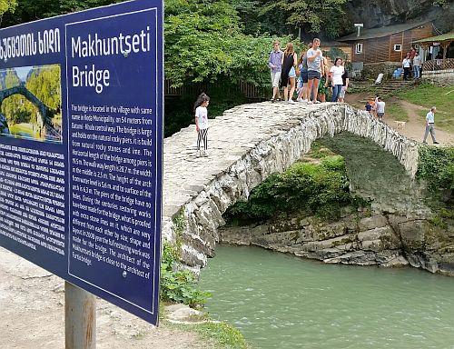 Jeden spośród słynnych kamiennych mostów