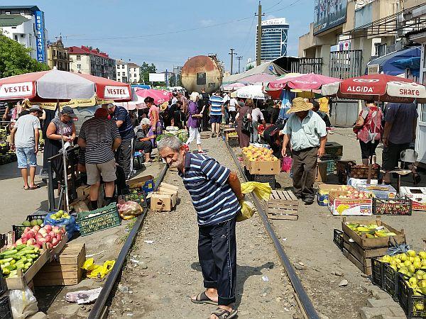 Bazar w Batumi. Właśnie przejechał pociąg