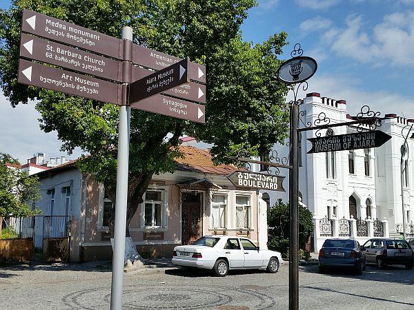 Centrum miasta jest dobrze oznaczone. Z prawej strony budynek zabytkowej synagogi
