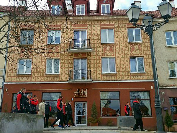 Piłkarze Jagiellonii na spacerze przy księgarni (kawiarni) Akcent, 11.03.2017, przed meczem z Koroną Kielce.