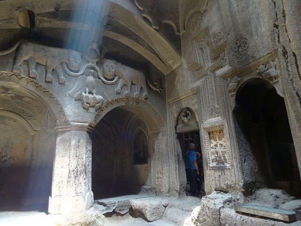 Armenia, wykuty w skale klasztor Geghard